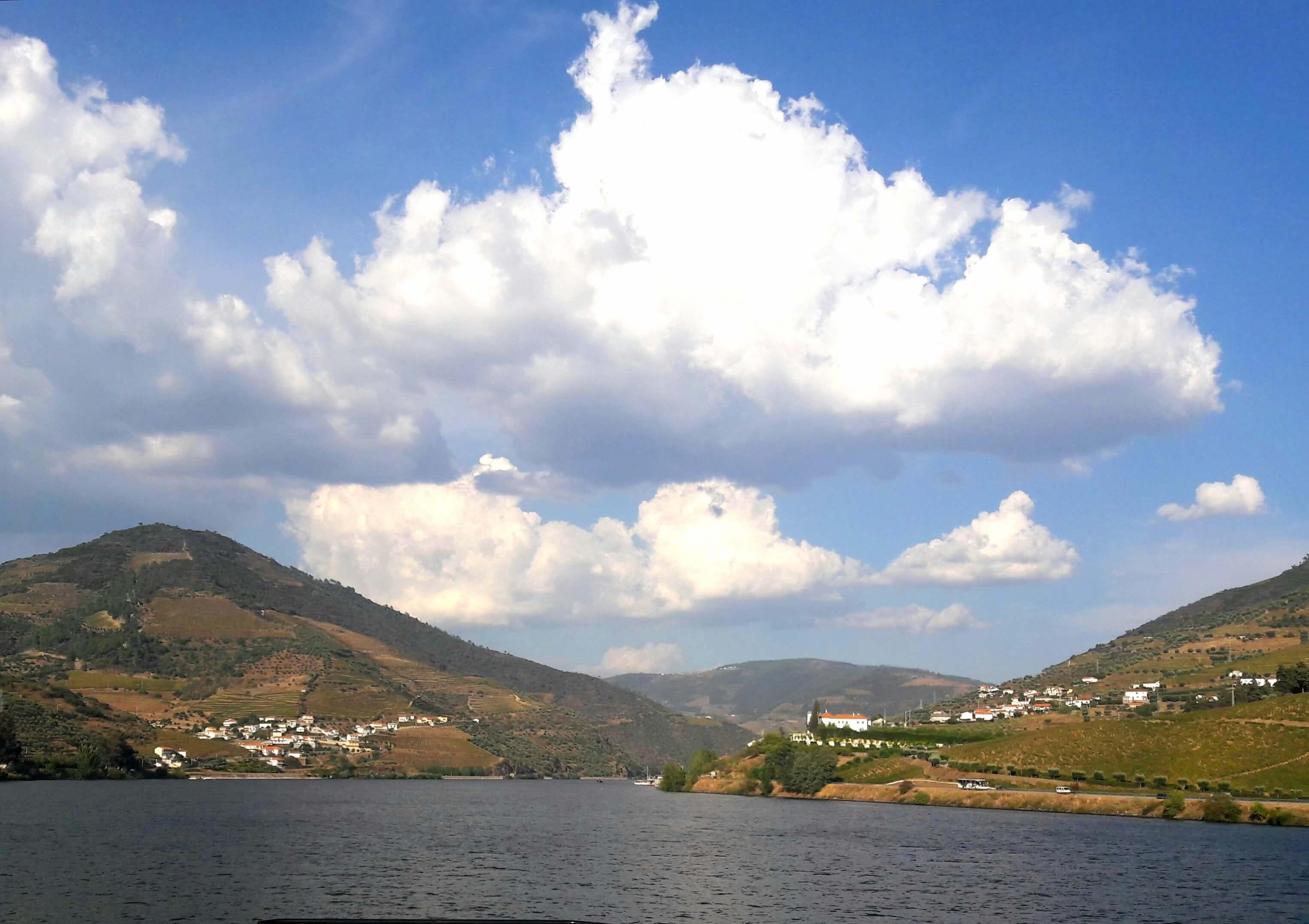 A tranquilidade do Rio Douro numa paisagem belíssima