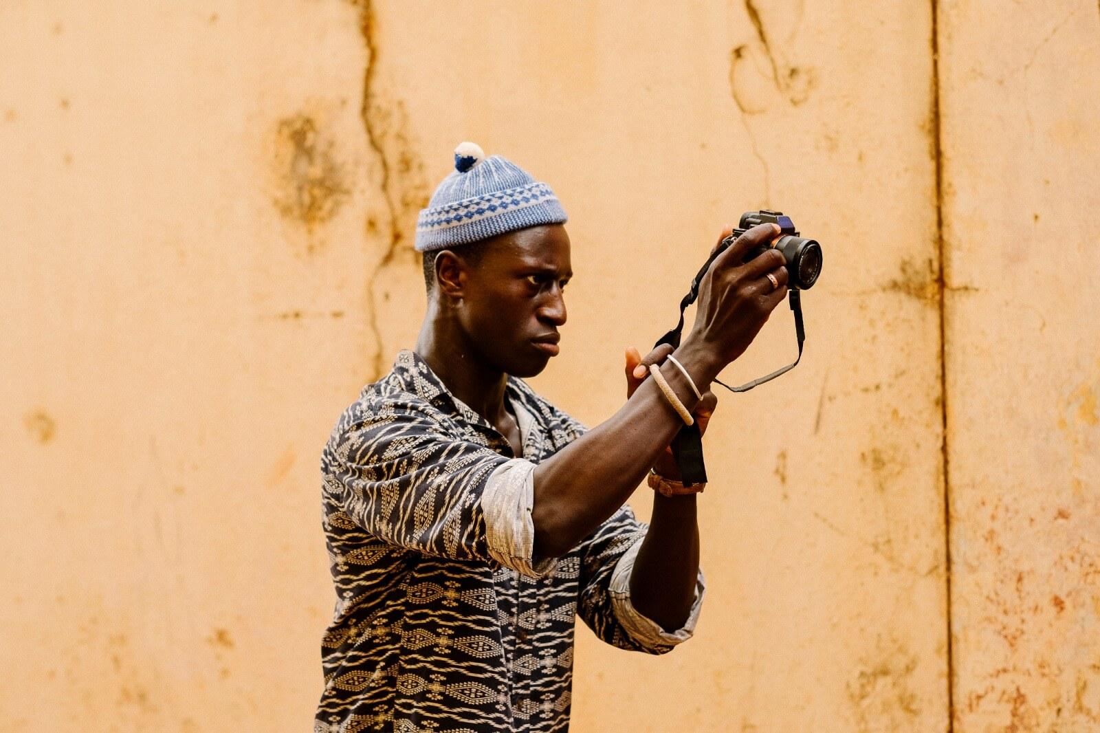 Welket Bungué em Bissau filmando o documentário 'Elaeis Guineeensis' (2019)