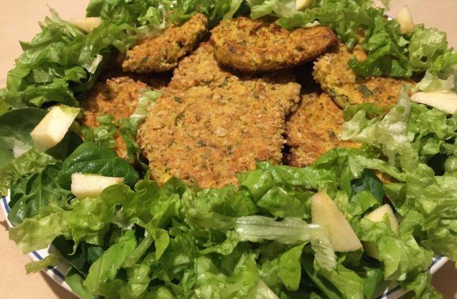 Pataniscas de bacalhau e grão no prato