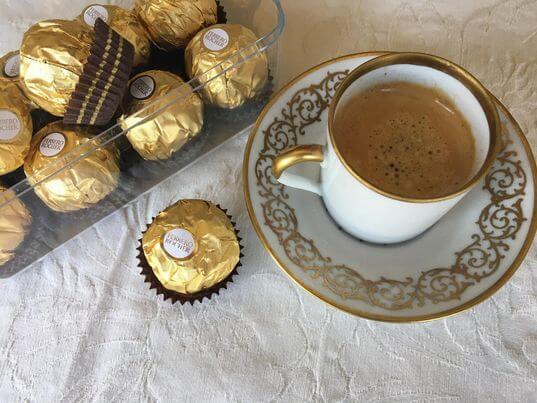 Um café um Bombom Ferrero Rocher