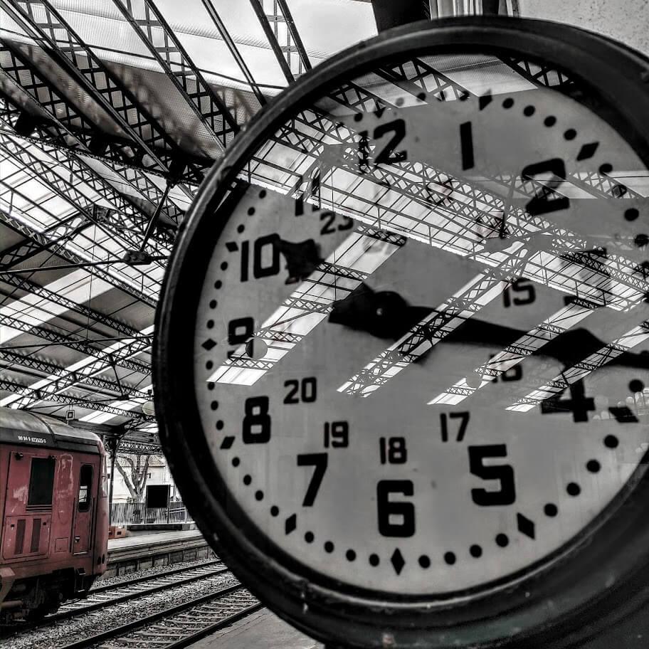 relógio na estação comboios