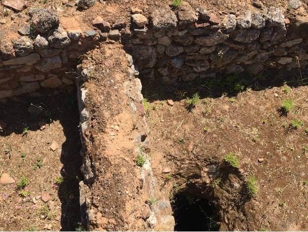 Silo visível em resultado das escavações