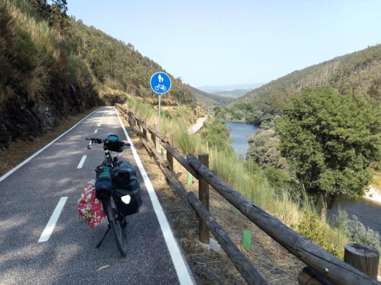 Uma cicloviagem por pistas coloridas com paisagens deslumbrantes