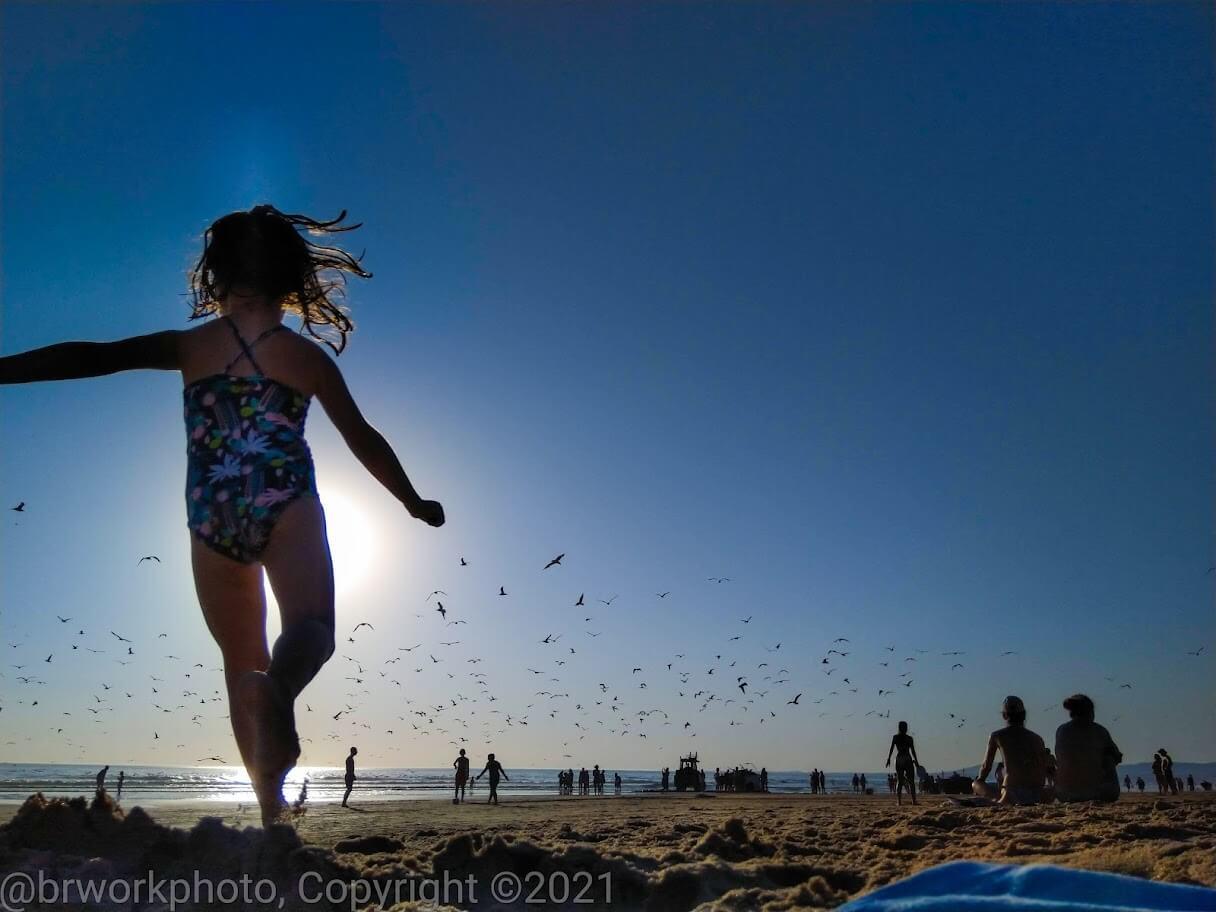 Dia de Verão uma criança na praia
