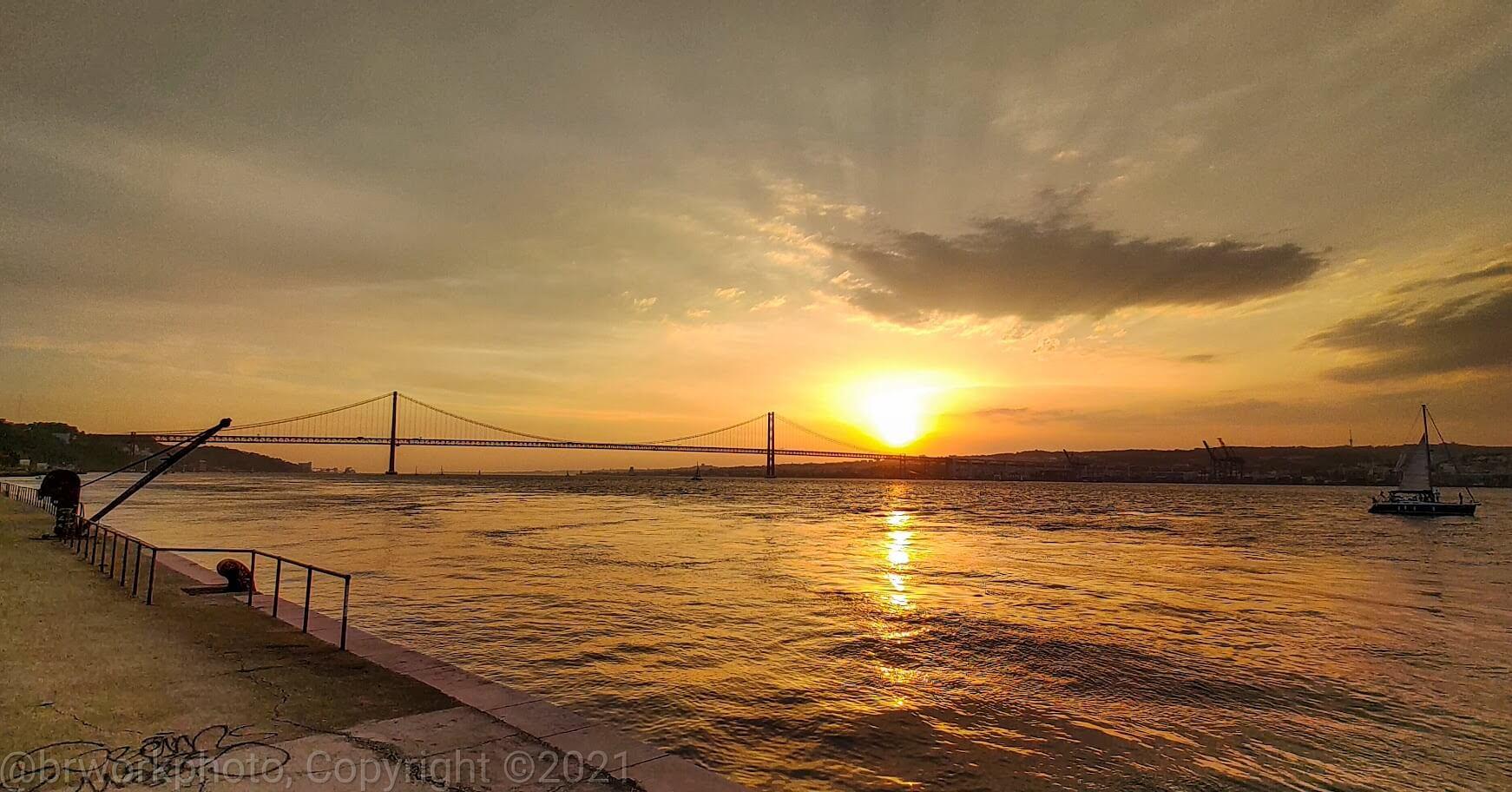A ponte 25 de Abril ao entardecer